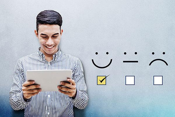 Homme regardant les avis positifs et son ereputation sur le net