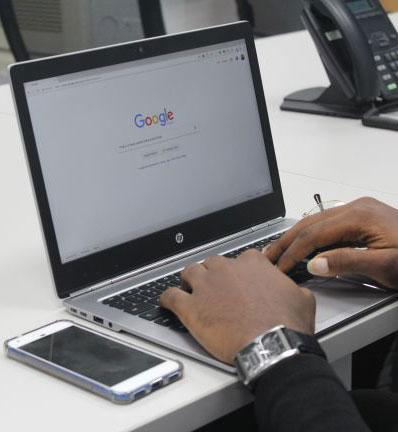 Homme effectuant une recherche sur le moteur de recherche Google
